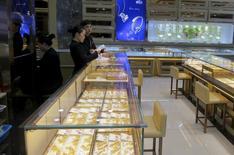 Ювелирный магазин в Шэньчжэне. 17 декабря 2015 года. Цены на золото растут после двухдневного снижения, так как спрос на низкорискованные активы увеличился из-за опасений за экономику Китая. REUTERS/James Pomfret