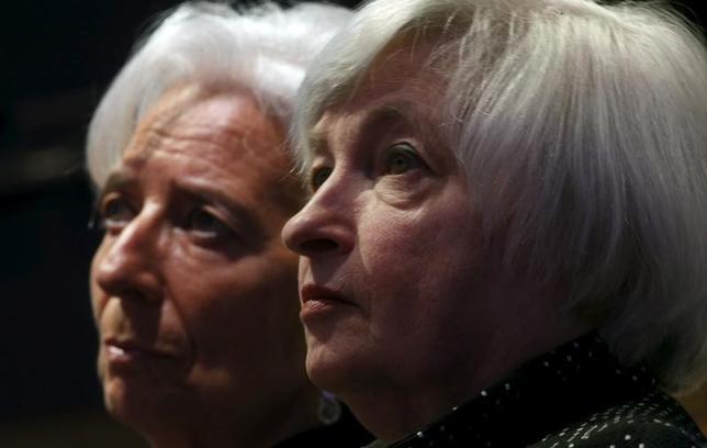1月12日、IMFのラガルド専務理事(写真左)は、米利上げペースは物価上昇の証拠に基づくべきとの見解を示した。写真右はイエレンFRB議長。ワシントンで昨年5月撮影(2016年 ロイター/Kevin Lamarque)