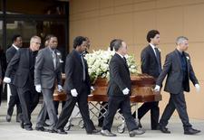Caixão de Natalie Cole é levado durante funeral em Los Angeles. 11/01/2016  REUTERS/Kevork Djansezian