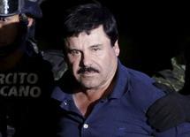 """Narcotraficante Joaquin """"El Chapo"""" Guzman é escoltado por soldados em hangar de propriedade da Procuradoria Geral na Cidade do México. 8 de janeiro de 2016. REUTERS/Henry Romero"""