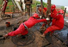 Les compagnies des secteurs du pétrole et du gaz prévoient de réduire d'environ 15% leurs dépenses en matière d'exploration et de production en 2016 si les cours du brut évoluent dans une fourchette de 45 à 50 dollars, selon une étude de Barclays. /Photo d'archives/REUTERS