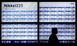 Una persona camina junto a un tablero electrónico que muestra el índice Nikkei 225, afuera de una correduría en Tokio, Japón. 12 de enero de 2016. Las acciones japonesas repuntaron con fuerza el miércoles y registraron su primer avance del 2016 tras unos datos del comercio chino que resultaron más sólidos de lo previsto y aliviaron las preocupaciones, al tiempo que un debilitamiento del yen favoreció a los exportadores. REUTERS/Toru Hanai