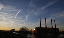 La fábrica de Volkswagen en Wolfsburgo, el 8 de diciembre de 2015. La producción industrial de la zona euro cayó un 0,7 por ciento en noviembre respecto al mes anterior, según los datos publicados el miércoles por la agencia de estadística de la Unión Europea, Eurostat. REUTERS/Carl Recine