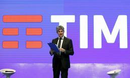 O presidente-executivo da Telecom Italia, Marco Patuano, fala durante lançamento do novo logo da TIM em Roma. 13 de janeiro de 2016. REUTERS/Remo Casilli