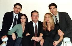 """The cast of the American TV sitcom """"Friends"""" (L to R) Courteney Cox,  Matt Le Blanc, Matthew Perry, David Schwimmer and Jennifer Aniston pose for pictures at Channel 4 Television centre March 25.  Reuters Photographer"""