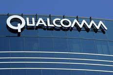 Вид на одно из зданий Qualcomm в Сан-Диего 22 июля 2008 года. Компания Qualcomm Inc, производящая полупроводники, сообщила в четверг, что Samsung Electronics Co Ltd станет единственным производителем ее нового флагманского мобильного чипа.  REUTERS/Mike Blake      (
