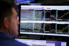 La Bourse de New York était pratiquement inchangée en début de séance jeudi, la stabilisation des cours du pétrole et les résultats meilleurs qu'attendus publiés par JPMorgan Chase, première banque des Etats-Unis par les actifs, ne suffisant pas à apaiser les craintes des investisseurs. Après quelques minutes d'échanges, l'indice Dow Jones abandonne 0,05%, à 16.143,54 points. Le Standard & Poor's 500, plus large, est quasi-stable et le Nasdaq Composite abandonne 0,17%. /Photo prise le 4 janvier 2016/REUTERS/Lucas Jackson