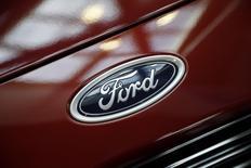 El logo de Ford, visto en un auto durante las preparaciones para el Show del Automóvil de Los Ángeles, California 18 de noviembre de 2014. La automotriz estadounidense Ford Motor Co anunciaría una inversión en una nueva planta en el estado de San Luis Potosí, en el centro de México, en el primer trimestre del año, dijeron el jueves fuentes del Gobierno. REUTERS/Lucy Nicholson