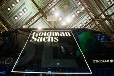 Goldman Sachs Group Inc dijo que pagará 5.060 millones de dólares para resolver demandas civiles relacionadas a la titulización, suscripción y venta de activos residenciales respaldados por hipotecas desde 2005 al 2007. En la foto de archivo, el logo de Goldman en la Bolsa de Nueva York el 24 de enero de 2014.  REUTERS/Lucas Jackson