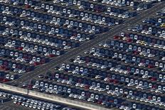 La croissance du marché automobile européen est restée soutenue en décembre et a atteint 9,2% sur l'ensemble de 2015, avec Volkswagen qui est resté solidement accroché à la première place malgré un effritement de ses parts de marché. /Photo d'archives/REUTERS/Stéphane Mahé