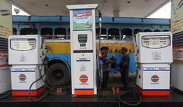 АЗС в Калькутте. 13 августа 2012 года. Иран, ожидающий отмены международных санкций в ближайшее время, готовится отправить сотни тысяч баррелей нефти в Индию, наиболее быстрорастущий нефтяной рынок Азии, и своим старым клиентам в Европу. REUTERS/Rupak De Chowdhuri