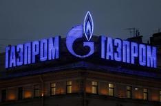 Логотип Газпрома на крыше здания в Санкт-Петербурге. 14 ноября 2013 года. Газпром страдающий от потерь на валютном рынке и падения экспортных цен на газ, наращивал в третьем квартале как долг, так и инвестиции и огорчил инвесторов убытком, подсластив его положительным денежным потоком. REUTERS/Alexander Demianchuk