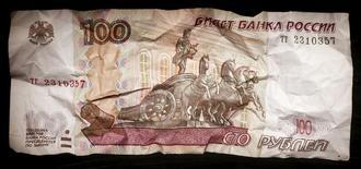 Сторублевая купюра. Москва, 11 января 2016 года. Рубль ускорил свое внутридневное снижение к евро на фоне падения нефти Brent под отметку $29,50 за баррель, а также из-за роста пары евро/доллар на форексе после слабой американской статистики, при этом котировки российской валюты - на минимумах с середины декабря 2014 года. REUTERS/Maxim Zmeyev