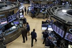 La Bourse de New York a fini vendredi en baisse de 2,39%, le Dow Jones cédant 392,20 points à 15.986,85. /Photo d'archives/REUTERS/Brendan McDermid