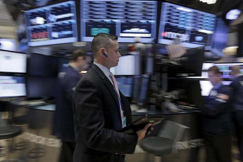 Traders work on the floor of the New York Stock Exchange January 15, 2016. REUTERS/Brendan McDermid