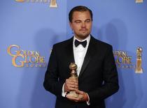 """Leonardo DiCaprio posa con su premio de mejor actor por """"The Revenant"""" en los Golden Globe Awards en Beverly Hills, en Estados Unidos. 10 de enero de 2016. Tras cuatro semanas al tope de la taquilla en Estados Unidos, la película de Disney """"La Guerra de las Galaxias: El despertar de la Fuerza"""" cedió el primer lugar a """"Ride Along 2"""" de Universal. REUTERS/Lucy Nicholson"""
