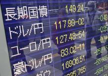 Экран брокерской конторы в Токио, отображающий курсы валют. 7 января 2016 года. Безопасная японская иена сократила рост, показанный ранее в понедельник после того, как центробанк Китая сообщил о новой мере борьбы против спекуляций юанем на нематериковом рынке, а также установил более высокий фиксированный курс национальной валюты, заглушив опасения о риске резкого падения юаня. REUTERS/Yuya Shino