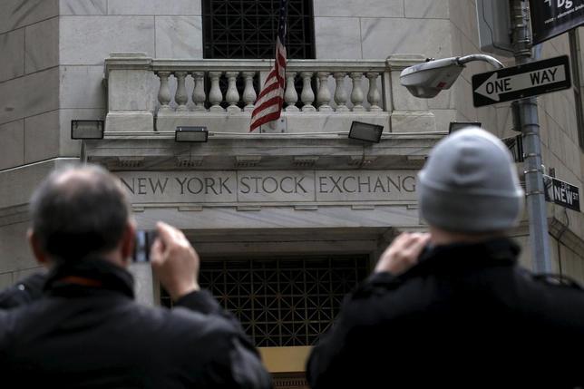 1月15日、米国株式市場にベアマーケットのサインが点灯するなか、世界の著名投資家の一部は、さらに10─20%下落する可能性があると予想しており、まだ買いを入れる時期ではない、と考えていることが分かった。ニューヨークで撮影(2016年 ロイター/Brendan McDermid)