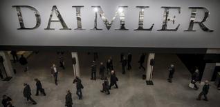 Daimler a signé des lettres d'intention avec deux partenaires iraniens en vue de son retour sur ce marché où il compte ouvrir un bureau dès le premier trimestre, à la suite de la levée des sanctions occidentales. Le groupe industriel allemand précise avoir signé des protocoles d'accord avec Iran Khodro Diesel (IKD) et Mammut Group en vue de la création de coentreprises pour la production et la commercialisation de camions Mercedes-Benz et de composants. /Photo d'archives/REUTERS/Hannibal Hanschke