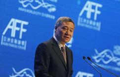 Глава Комиссии по регулированию рынка ценных бумаг Китая Сяо Ган выступает на Азиатском финансовом форуме в Гонконге. 19 января 2015 года. Критикуемый глава регулятора ценных бумаг Китая подал прошение об отставке, сообщили источники, после того, как в результате неграмотного менеджмента. фондовые рынки Шанхая и Шэньчженя лишились более $5 триллионов капитализации с момента достижения пикового значения в июне 2015 года. REUTERS/Bobby Yip