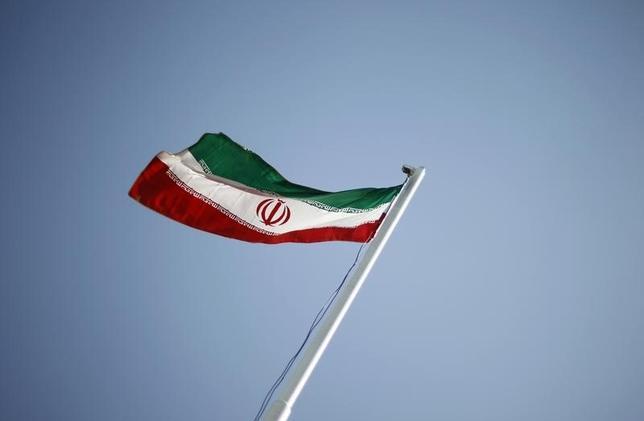 1月18日、制裁解除を受け、イラン政府は産油量を日量50万バレル増やすよう命じた。写真はテヘランで掲揚された同国旗。2011年4月撮影(2016年 ロイター/Morteza Nikoubazl)