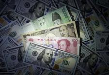 Банкноты доллара США, японской иены, китайского юаня и корейской воны. Сеул, 15 декабря 2015 года. Безопасная иена снизилась во вторник, так как рост ВВП Китая в четвертом квартале совпал с ожиданиями, однако потери японской валюты, скорее всего, будут ограничены на фоне сохраняющихся опасений о глобальном экономическом прогнозе. REUTERS/Kim Hong-Ji