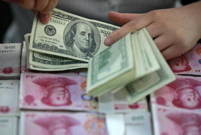 1月19日、中国の金融監督当局は、一部の国内銀行を対象に人民元建て資産の国外流出を制限するほか、越境取引の監視強化を指示している。安徽省合肥で2012年4月撮影(2016年 ロイター)