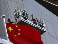 Флаг Китая у стройплощадки в Пекине. 19 января 2016 года. Международный валютный фонд во вторник снизил прогнозы глобального роста в третий раз менее, чем за год, из-за резкого замедления торговли Китая и слабых сырьевых цен, оказывающих негативное влияние на Бразилию и другие развивающиеся рынки. REUTERS/Kim Kyung-Hoon