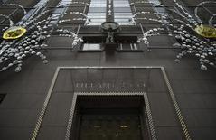 Tiffany fait état mardi d'une forte baisse des ventes durant la période des fêtes de fin d'année à 961 millions de dollars (881 millions d'euros). Le joaillier américain va également licencier, les touristes n'ayant pas autant dépensé qu'il l'espérait durant cette période. /Photo d'archives/REUTERS/Mike Segar