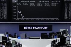Трейдеры на торгах фондовой биржи во Франкфурте-на-Майне 14 января 2016 года. Европейские фондовые индексы открыли снижением торги среды, так как падение цен на нефть ударило по рынкам. REUTERS/Staff/Remote