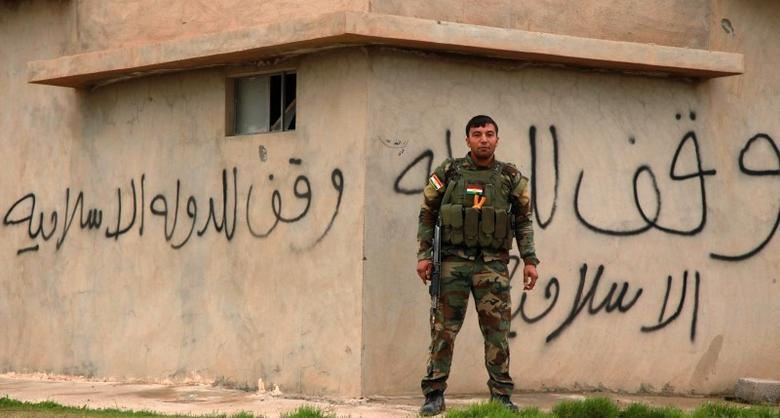 A Kurdish Peshmerga fighter stands guard in Zumar, Nineveh province December 18, 2014.   REUTERS/Ari Jalal