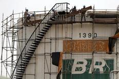 Trabalhadores reparam tanque da Petrobras em Brasília. 30/09/2015. REUTERS/Ueslei Marcelino