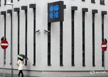 Логотип ОПЕК на штаб-квартире организации в Вене 16 марта 2010 года. Венесуэла потребовала провести внеочередное совещание ОПЕК, чтобы обсудить меры для поддержания цен на нефть, упавших до минимума с 2003 года, сообщили в среду два источника в ОПЕК. REUTERS/Heinz-Peter Bader