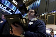 La Bourse de New York a commencé la journée dans le rouge mercredi, face à la chute ininterrompue des cours du pétrole. Une dizaine de minutes après le début des échanges, le Dow Jones perd 1,82%, à 15.725,31. Le Standard & Poor's 500 recule de 1,65% et le Nasdaq cède 1,59%. /Photo prise le 19 janvier 2016/REUTERS/Brendan McDermid