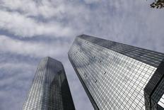 Le siège de Deutsche Bank à Francfort. La première banque allemande, qui doit publier ses comptes le 28 janvier, s'attend à dégager une perte nette de l'ordre de 6,7 milliards d'euros sur l'année 2015, en raison de coûts de restructuration et de charges liées à des litiges. /Photo prise le 29 octobre 2015/REUTERS/Kai Pfaffenbach