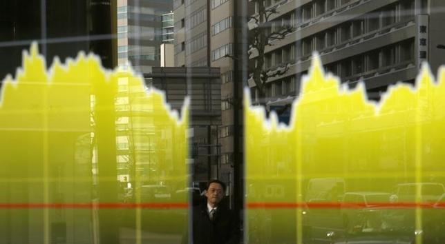1月21日、東京株式市場で日経平均は大幅続落。序盤は買い先行で上昇幅は一時318円となったが、戻り売りに押されて下げに転じ、安値引けとなった。写真は都内の株価ボード。昨年2月撮影(2016年 ロイター/Toru Hanai)