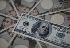 Банкноты доллара США и иеныю Токио, 28 февраля 2013 года. Курс доллара США вырос по отношению к японской иене в четверг, отступив от годового минимума на фоне стабилизации цен на нефть. REUTERS/Shohei Miyano (JAPAN - Tags: BUSINESS)
