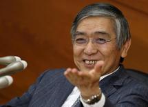 Глава Банка Японии Харухико Курода на пресс-конференции в Токио. 18 декабря 2015 года. Харухико Курода сказал, что на данный момент не собирается вводить политику отрицательных процентных ставок, указывая на то, что любое дальнейшее монетарное смягчение будет, скорее всего, происходить в виде расширения действующей масштабной программы скупки активов. REUTERS/Toru Hanai