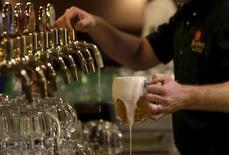 Бармен наливает пиво на пивоварне Plzensky Prazdroj (Pilsner Urquell) в Пльзени. 12 ноября 2015 года. Пивоваренная компания SABMiller в четверг отчиталась о превысивших прогнозы проджах в третьем квартале. REUTERS/David W Cerny