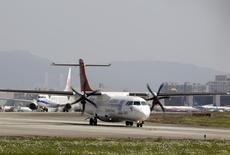 ATR, le spécialiste des avions régionaux à hélices, annonce  76 commandes fermes pour 2015, en deçà de son objectif de 90 unités. La coentreprise à parité entre Airbus Group et l'italien Finmeccanica a livré 88 avions l'an passé (contre un objectif lui aussi de 90 unités). /Photo d'archives/REUTERS/Pichi Chuang