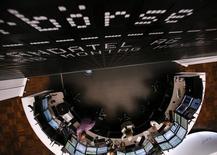 Les Bourses européennes conservent leurs gains jeudi à la mi-séance avant la conférence de presse de la Banque centrale européenne. À Paris, le CAC 40 rebondit de 0,57% à 4.148,58 points vers 11h40 GMT. À Francfort, le Dax reprend 0,66% et à Londres, le FTSE regagne 0,45%. /Photo d'archives/REUTERS/Ralph Orlowski