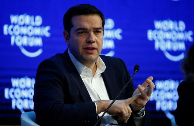 1月21日、ギリシャのチプラス首相は、自国向けの第3次金融支援について、欧州債権団の主張を受け入れ国際通貨基金(IMF)の参加を認めたと明らかにした。写真はダボスで撮影(2016年 ロイター/Ruben Sprich)