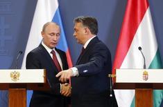 Президент России Владимир Путин пожимает руку венгерскому премьеру Виктору Орбану на пресс-конференции в Будапеште 17 феварял 2015 года. Венгрия не ждет, что Россия откажется от финансирования расширения атомной электростанции Пакш, сказал венгерский чиновник REUTERS/Laszlo Balogh