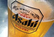Un vaso de cerveza Asahi en un bar de Singapur el 23 de octubre de 2015. La cervecería SABMiller reportó el jueves un aumento mejor que lo previsto de un 7 por ciento en sus ventas subyacentes del tercer trimestre, debido a ganancias en África y América del Sur y por un crecimiento más sólido en Europa, donde un clima invernal inusualmente cálido impulsó la demanda. REUTERS/Tim Wimborne