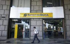 Una sucursal del Banco do Brasil, en el centro de Río de Janeiro, 16 de diciembre de 2014. Los cinco bancos comerciales más grandes de Brasil acordaron el jueves la creación de una compañía para recabar información sobre el historial de pagos de prestatarios, en momentos en que el país enfrenta su mayor recesión en décadas. REUTERS/Pilar Olivares