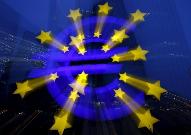 1月21日、ECBは、主要政策金利のリファイナンス金利を0.05%に据え置いた。写真はユーロの看板。フランクフルトで19日撮影(2016年 ロイター/Kai Pfaffenbach)