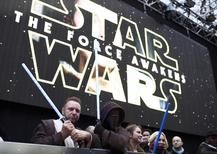 Fãs com sabres de luz antes de estreia de Star Wars em Londres  16/12/2015 REUTERS/Dylan Martinez