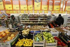 Покупатели в магазине Дикси в Москве 1 декабря 2015 года. Крупнейшие компании потребительского сектора России, сильно зависящего от импортных товаров и услуг, боятся дальнейшего снижения спроса, которое последует за продолжающимся падением рубля и ростом цен. REUTERS/Sergei Karpukhin
