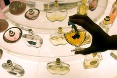 Le marché français des parfums et cosmétiques vendus dans les circuits sélectifs a reculé en 2015 de 1% à 2,9 milliards d'euros, plombé par une forte baisse en novembre et décembre, après les attentats de Paris. /Photo d'archives/REUTERS/Fabrizio Bensch