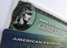 Карты American Express. Энсинитас, Калифорния, 17 октября 2011 года. Акции эмитента кредитных карт American Express просели в ходе торгов после закрытия официальной биржевой сессии в четверг, так как прогноз выручки компании на 2016 год разочаровал аналитиков и инвесторов. REUTERS/Mike Blake